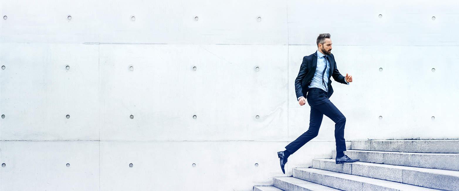 Regnskapsfører løper opp en trapp